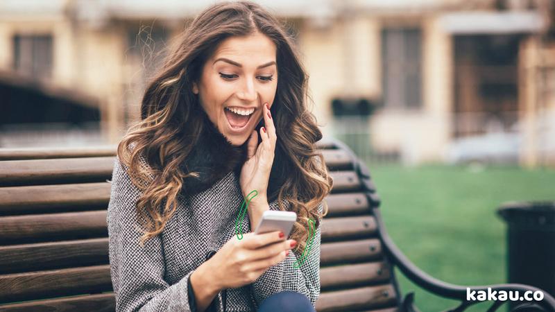 celular dobravel smartphone mulher