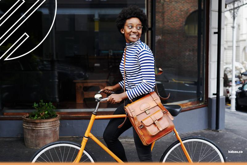 menina bicicleta sorrindo segurada kakau mobi